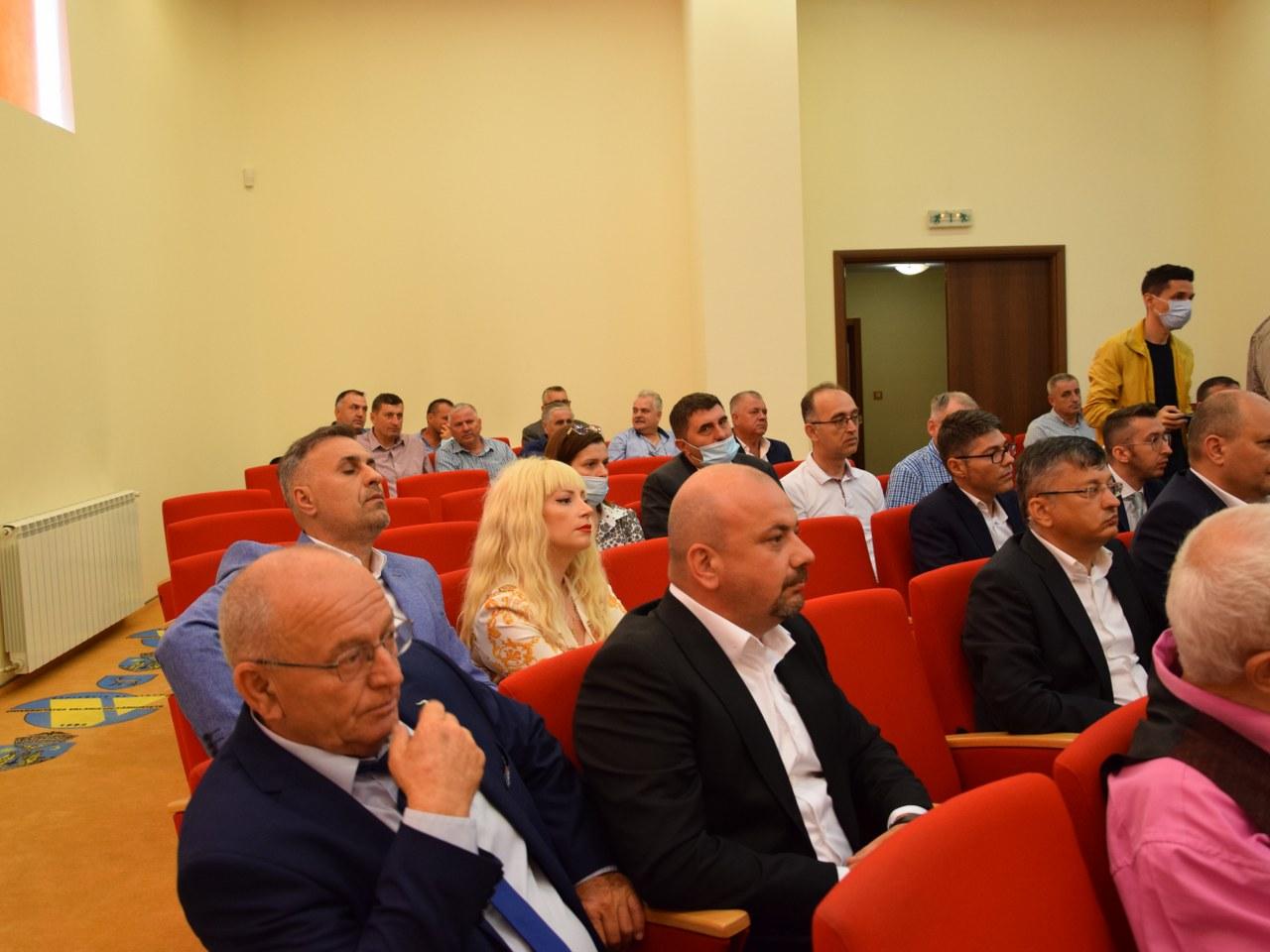 https://www.cjd.ro/storage/comunicate-de-presa/02-07-2021/4928/a-fost-semnat-contractul-de-delegare-a-gestiunii-serviciului-de-colectare-si-transport-al-deseurilor-municipale-in-judetul-dambovita-12.JPG