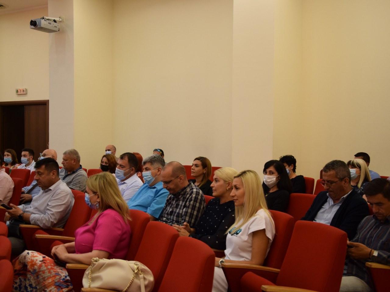 https://www.cjd.ro/storage/comunicate-de-presa/02-07-2021/4928/a-fost-semnat-contractul-de-delegare-a-gestiunii-serviciului-de-colectare-si-transport-al-deseurilor-municipale-in-judetul-dambovita-17.JPG