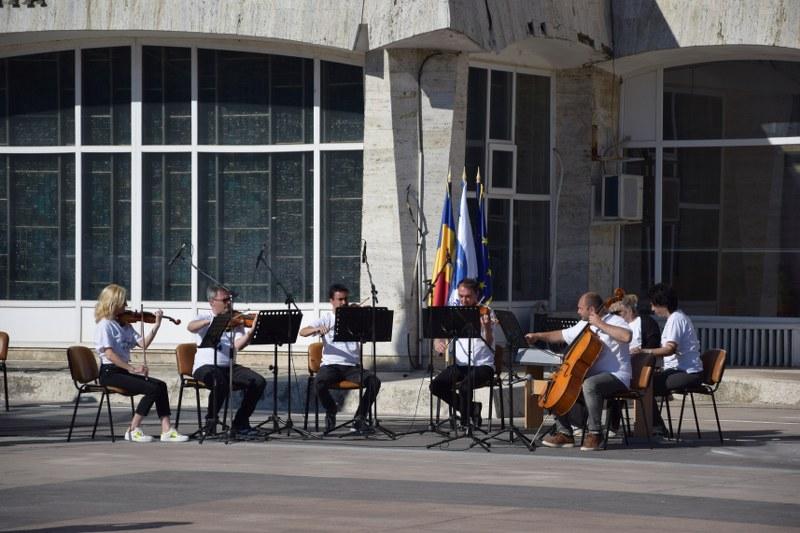 https://www.cjd.ro/storage/comunicate-de-presa/10-05-2021/3826/consiliul-judetean-dambovita-si-institutiile-culturale-din-judet-au-celebrat-prin-actiuni-culturale-ziua-europei-31.JPG