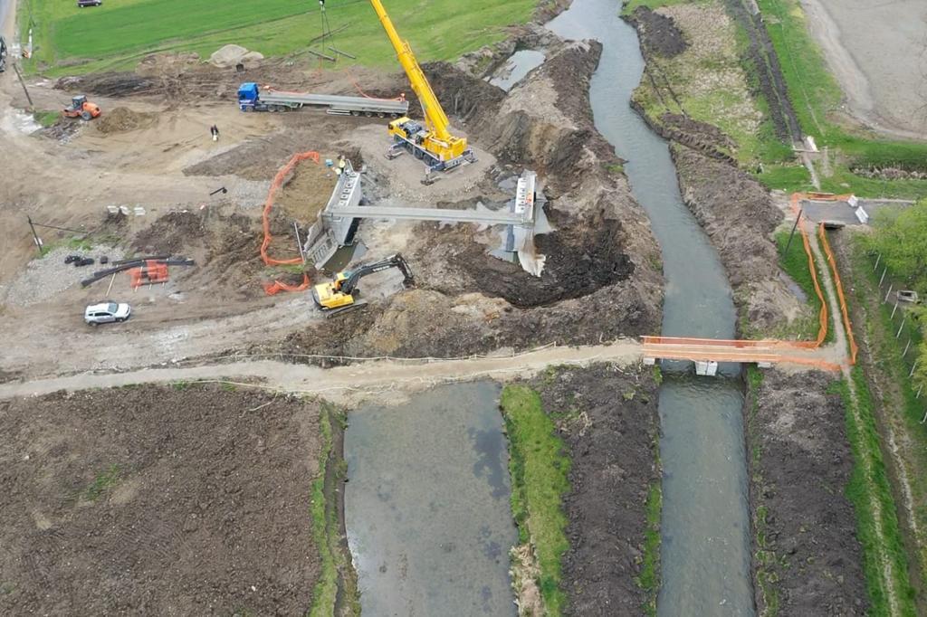 https://www.cjd.ro/storage/comunicate-de-presa/27-04-2021/3816/executia-podului-pe-dj-722-la-mircea-voda-este-in-desfasurare-in-prezent-se-monteaza-grinzile-de-beton-armat-2.jpeg